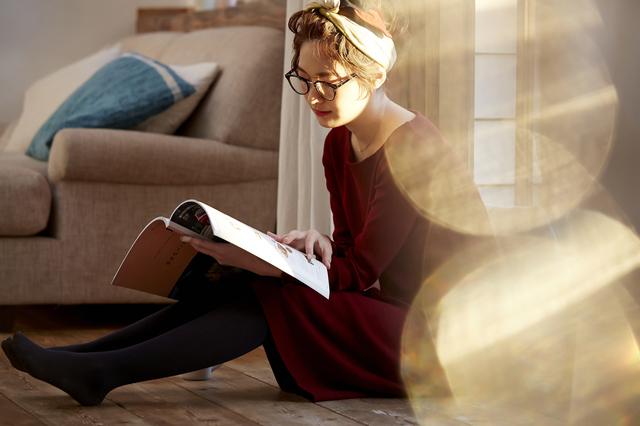眼鏡をかけ読書をする女性
