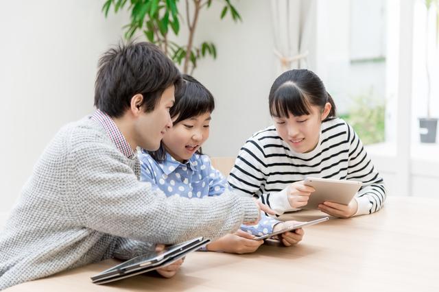 ネットショッピングをする家族