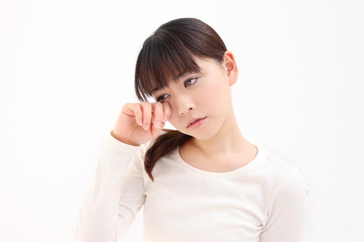 疲れ目の女性