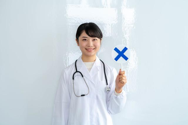 バツ印を出す眼科医の女性