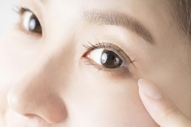 コンタクトをつけた目のイメージ