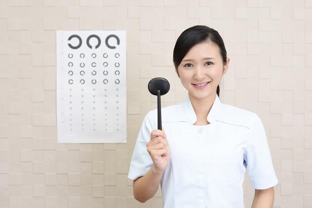 視力検査の説明をする眼科医