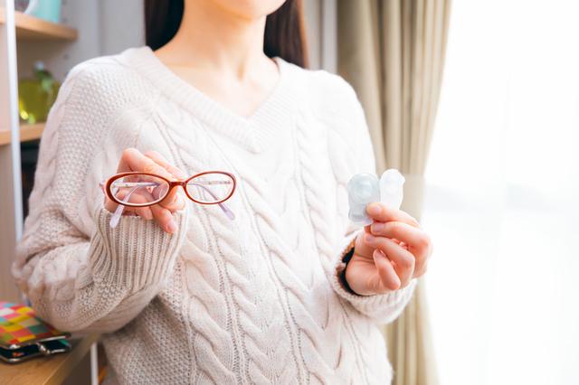 メガネからコンタクトに変える女性