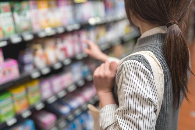 ドラッグストアで買い物をする女性