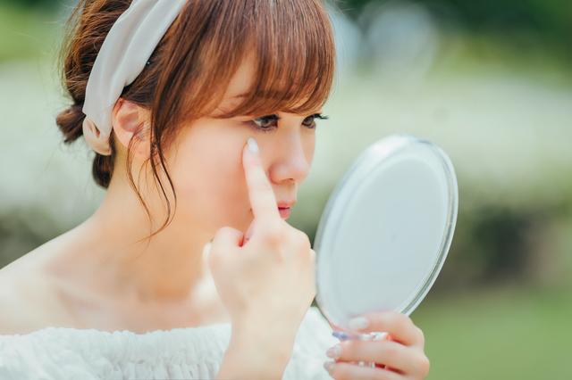 レンズの汚れを気にする女性