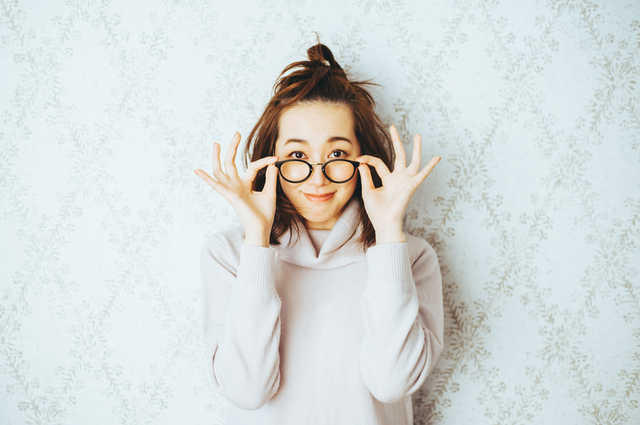 眼鏡とコンタクトでは物の見え方や、人からの見え方に違いがある?|はじめてのコンタクトレンズ.com